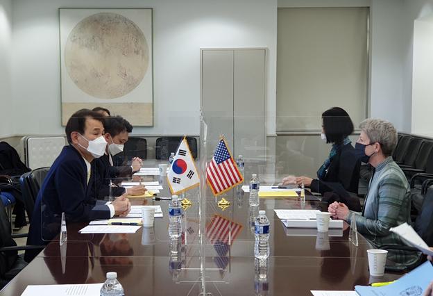 정은보 한국측 방위비 협상 대사(왼쪽)와 도나 웰튼 미 국무부 방위비분담협상대표가 워싱턴DC에서 협상을 하고 있다(미 국무부 제공)
