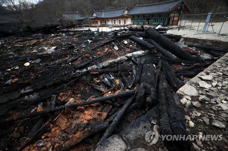 방화로 전소된 전북 정읍의 내장사 대웅전 건물이 7일 잿더미로 변해 있다. [이미지출처=연합뉴스]