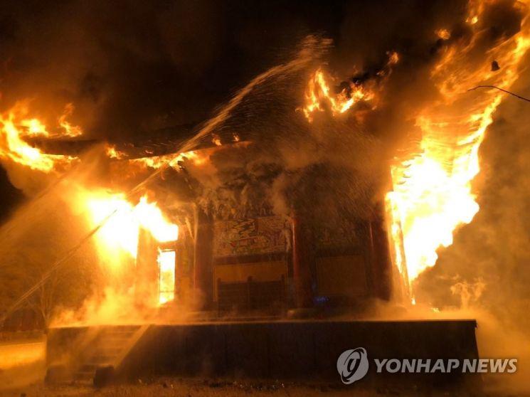 5일 오후 6시 50분께 전북 정읍시 내장사 대웅전에서 방화로 추정되는 불이 나 불꽃이 치솟고 있다 [이미지출처=연합뉴스]