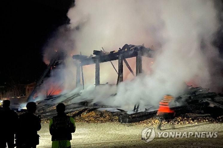 5일 오후 6시 37분께 전북 정읍시 내장사 대웅전에서 방화로 추정되는 불이 나 대웅전이 전소됐다. [이미지출처=연합뉴스]