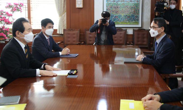 정세균 국무총리(왼쪽 첫 번째)가 8일 정부서울청사 집무실에서 초대 국수본부장으로 임명된 남구준 본부장(오른쪽)을 만나고 있다. 2021.3.8 [이미지출처=연합뉴스]