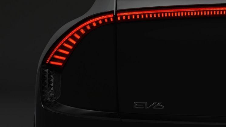 기아, 첫 전용 전기차 티저 공개…이름은 'EV6'
