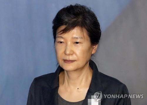 박근혜·이명박, 가족 접견 없이 홀로 구치소 독방서 추석 날 듯