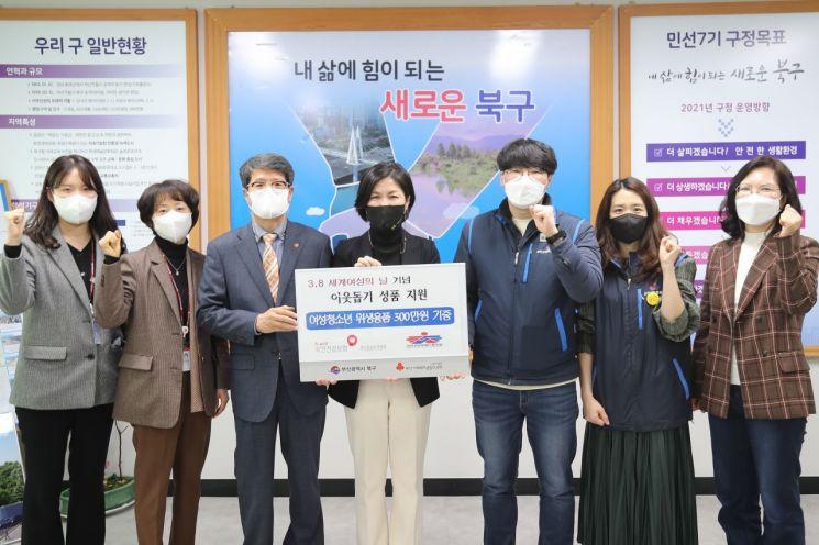 건강보험공단 부산경남지역본부 노사가 8일 부산 북구청을 찾아 여성위생용품을 기증하고 있다.
