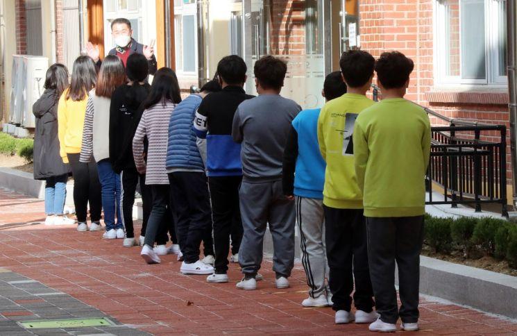 광주 북구 한 초등학교에서 새 학기를 맞아 등교한 학생들이 학교내 코로나19 방역 수칙 준수 요령을 배우고 있다. 사진은 기사 중 특정 표현과 무관. [이미지출처=연합뉴스]