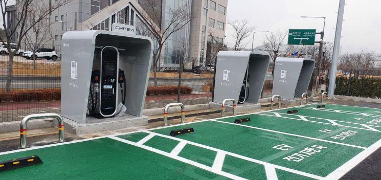 서울 강남구의 한 공영주차장에 설치된 '전기차 충전소'(자료사진) [이미지출처=연합뉴스]