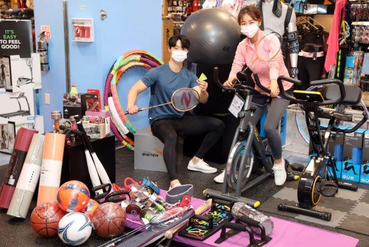 9일 이마트 성수점 스포츠매장에서 모델들이 '봄맞이 스포츠용품 대전' 행사를 소개하고 있다.