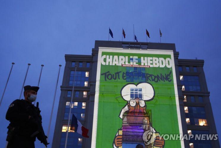 지난해 10월 21일 프랑스 몽펠리에의 한 건물에 띄워진 샤를리 에브도의 이슬람 풍자 만평.