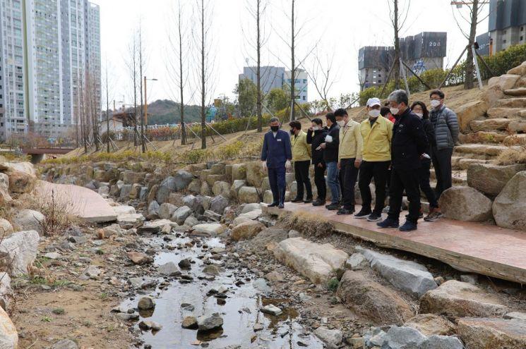 9일 부산 기장군 일광면 삼성천에서 오규석 기장군수(왼쪽) 등 기장군 간부 공무원들이 정비사업에 대한 현장 점검을 하고 있다.