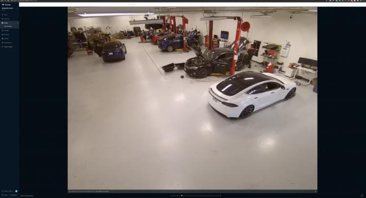 미국 전기차기업 테슬라의 공장 CCTV를 해킹한 것으로 알려진 틸리 코트만이 직접 공유한 테슬라 공장 내부의 실시간 모습 [사진출처=틸리 코트만]