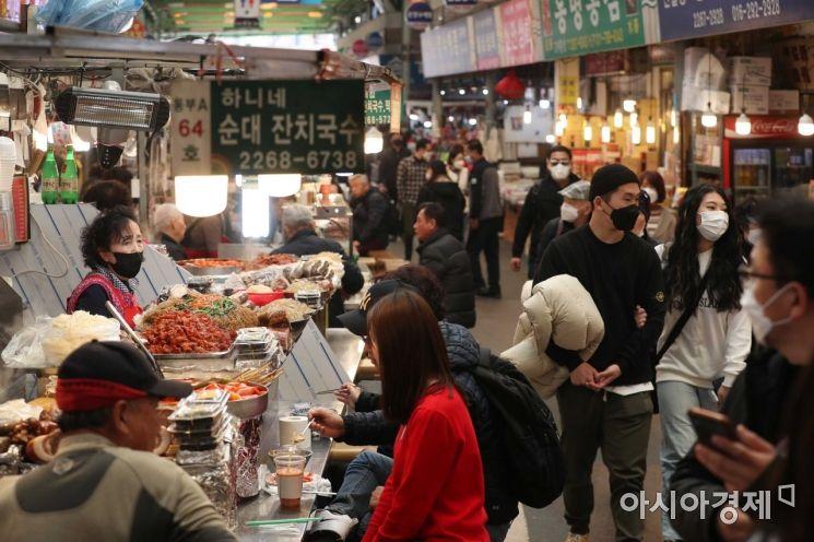 11일 서울 종로구 광장시장 먹자골목이 시민들로 북적이고 있다. /문호남 기자 munonam@