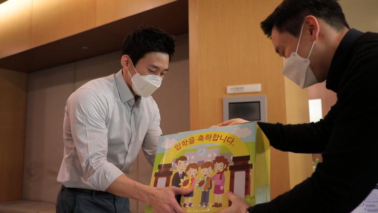 초등학교 입학생 자녀를 둔 삼성엔지니어링 한 임직원이 선물을 받고 있다.[사진=삼성엔지니어링 제공]