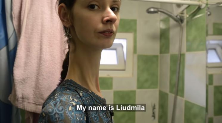 선천성 유전질환으로 25세의 나이에 키 2m를 넘긴 우크라이나 여성. 사진=유튜브 채널 '트룰리'(Truly) 캡처.