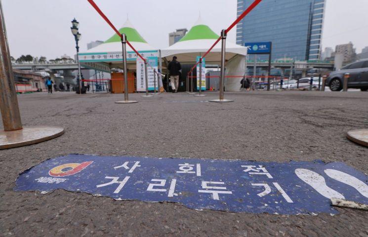 서울역 광장에 마련된 신종 코로나바이러스 감염증(코로나19) 임시 선별검사소 입구에 사회적 거리두기 스티커가 부착돼 있다. [이미지출처=연합뉴스]