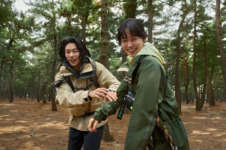 코오롱스포츠가 배우 공효진, 류준열과 함께한 '#썸웨어(somewhere)' 캠페인의 첫번째 영상 윈드체이서편을 공개했다.