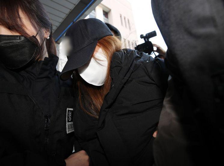 지난달 11일 오전 대구지방법원 김천지원에서 석 씨가 구속영장실질심사를 받기위해 법원으로 들어가고 있다. / 사진=연합뉴스