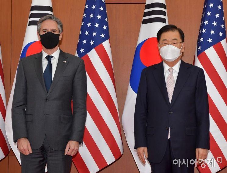 정의용(오른쪽) 외교부 장관과 토니 블링컨 미 국무장관이 17일 오후 서울 도렴동 외교부에서 회담 전 기념 촬영을 하고 있다./사진공동취재단