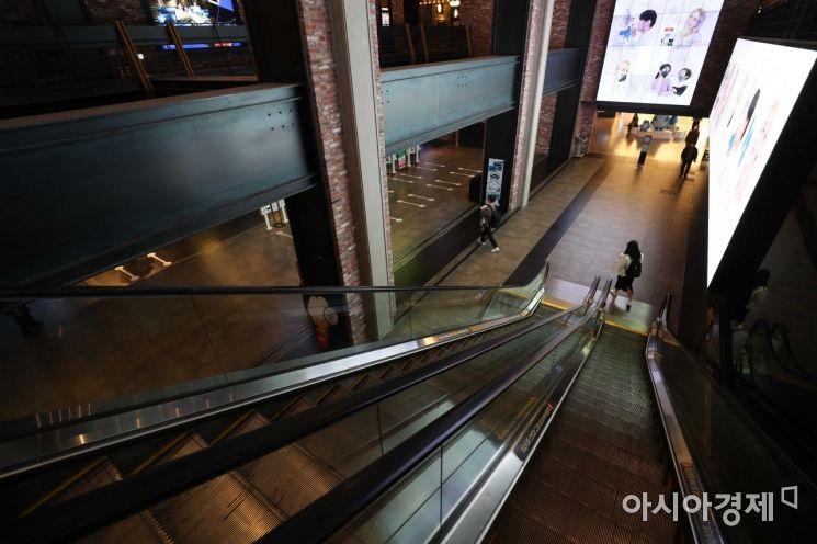 18일 서울 CGV 용산아이파크몰이 평소보다 한산하다. 이날 CGV는 코로나19 사태 장기화로 인한 위기 극복을 위해 다음달 2일부터 영화 관람료를 1천원 인상한다고 밝혔다. /문호남 기자 munonam@
