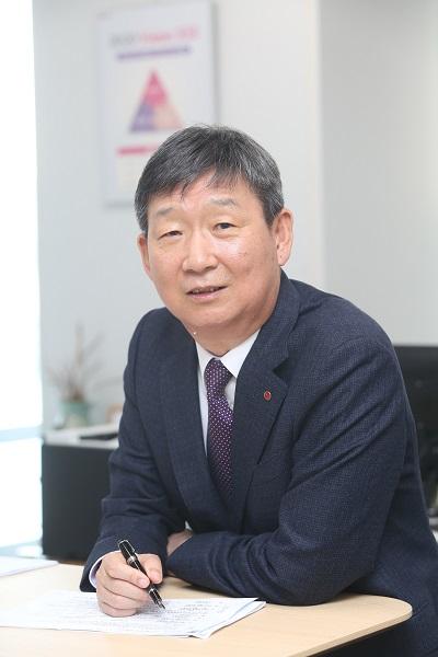 """첫 외부행사 나선 황현식 LGU+ 대표 """"찐팬 만들겠다"""""""