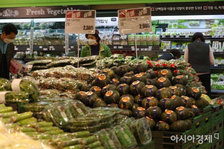 21일 물가 안정 채소 기획전이 열리고 있는 롯데마트 서울역점에서 시민들이 채소를 고르고 있다. /문호남 기자 munonam@