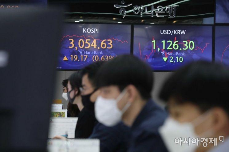 코스피 지수가 미국 증시 훈풍에 힘입어 상승 출발한 23일 서울 을지로 하나은행 딜링룸에서 딜러들이 업무를 보고 있다. /문호남 기자 munonam@