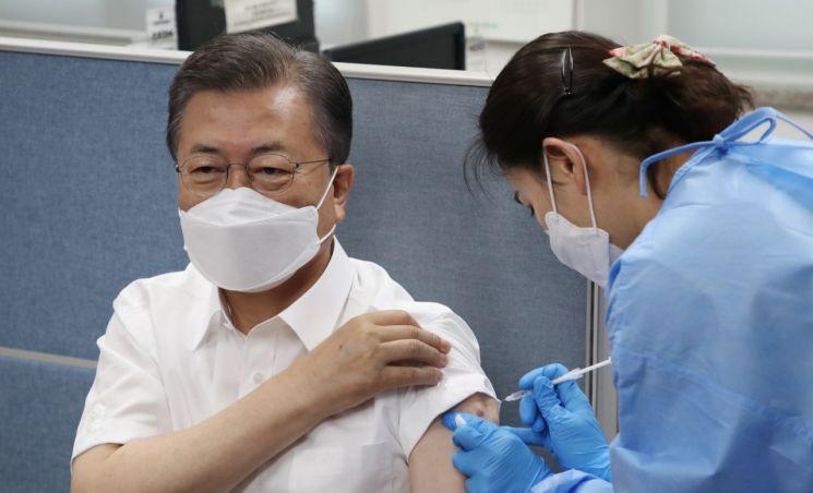 문재인 대통령이 지난달 23일 서울 종로구보건소에서 아스트라제네카 코로나19 백신을 맞고 있다. [이미지출처=연합뉴스]