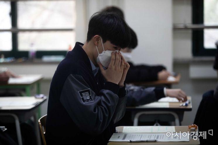 고3 전국연합학력평가 실행된 25일 서울 종로구 경복고등학교에서 수험생들이 시험지를 확인하고 있다./강진형 기자aymsdream@