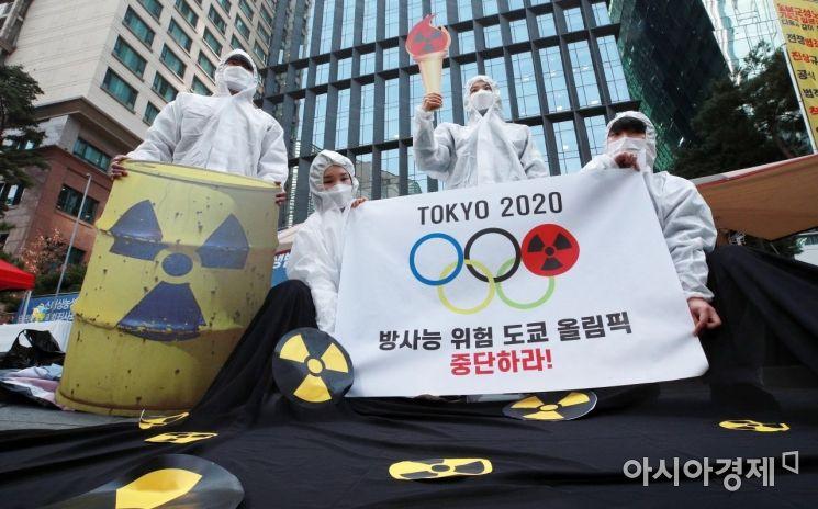 도쿄올림픽 성화 봉송이 시작된 25일 서울 종로구 옛 일본대사관 평화의소녀상 앞에서 환경운동연합과 시민방사능감시센터 관계자들이 기자회견을 열고 방사능 위험 등의 이유로 도쿄 올림픽 중단을 촉구하고 있다./김현민 기자 kimhyun81@