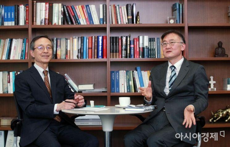 한승주 아산정책연구원 이사장(왼쪽)과 황재호 한국외대 교수./김현민 기자 kimhyun81@