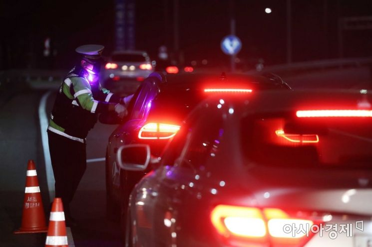 진입로에서 경찰이 비접촉 음주감지기로 음주운전 단속을 하고 있다. 사진은 기사 특정 내용과 무관.