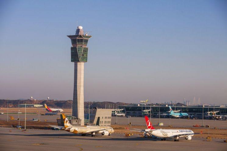 인천공항 계류장에 주기중인 항공기와 인천공항 주관제탑의 모습