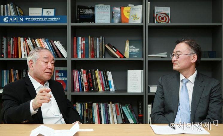문정인 세종연구소 이사장(왼쪽)과 황재호 한국외대 교수 대담./김현민 기자 kimhyun81@