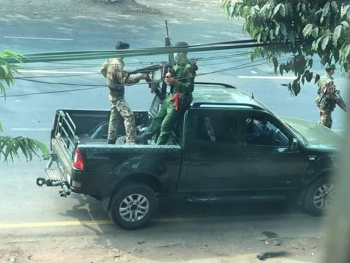 미얀마 몬주 캬익토 지역에서 차량에 기관총을 장착한 군인들(사진제공=연합뉴스)