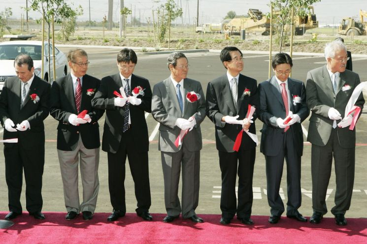 신춘호 농심 회장(죄측 4번째)이 2005년 LA공장 준공식에 참석해 기념 촬영을 하고 있다.