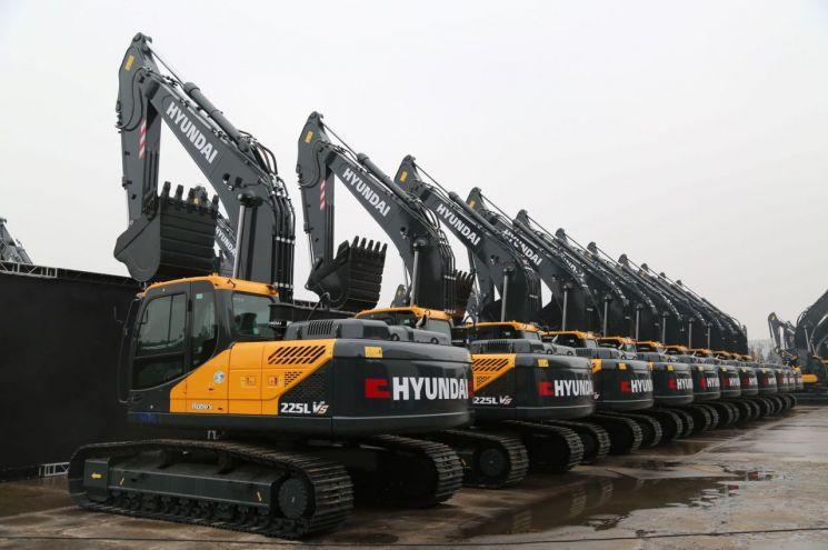 현대건설기계가 최근 중국에서 출시한 굴착기의 출하대기 모습[사진=현대건설기계 제공]