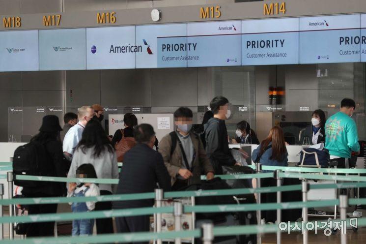 29일 인천국제공항 1터미널 출국장에서 미국행 이용객들이 탑승 수속을 하고 있다. /문호남 기자 munonam@