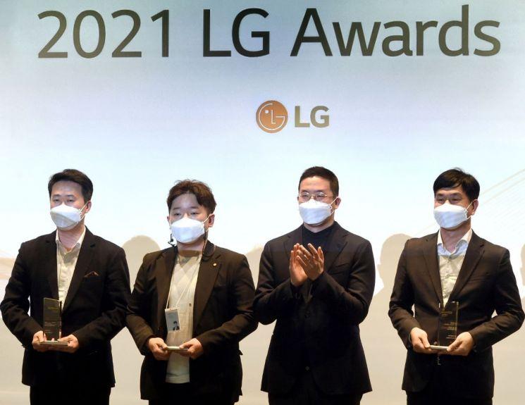 구광모 LG그룹 회장(왼쪽 세 번째)이 30일 오후 서울 마곡동 LG사이언스파크에서 열린 'LG 어워즈'에 시상자로 참석해 일등LG상 수상자들과 기념촬영을 하고 있다.[사진=LG그룹 제공]