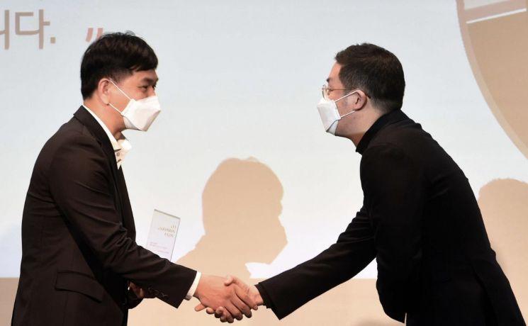 구광모 LG그룹 회장(오른쪽)이 30일 오후 서울 마곡동 LG사이언스파크에서 열린 'LG 어워즈'에 시상자로 참석해 일등LG상 수상자와 악수하고 있다.[사진=LG그룹 제공]
