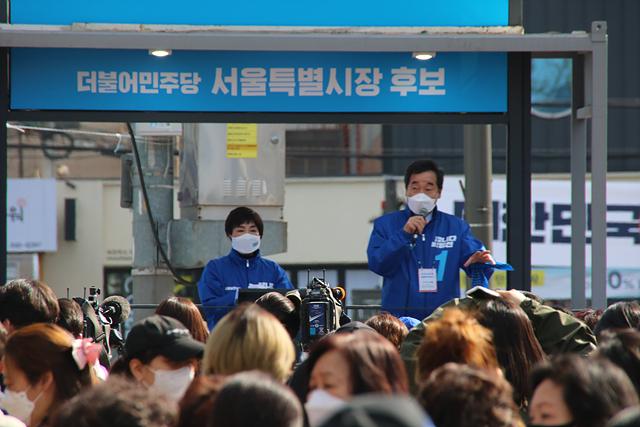 이낙연 중앙선대위원장과 전혜숙 의원이 지난달 31일 어린이대공원 주변에서 박영선 서울시장 후보 지지 유세를 하고 있다.
