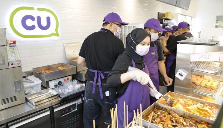 BGF리테일은 1일 말레이시아 CU 1호점 'CU센터포인트점'을 오픈했다. 점포엔 한국 상품이 전체 상품의 60%를 차지한다. 떡볶이, 닭강정, 빙수 등 다양한 한국 길거리 음식도 즉석조리식품으로 만들어 판매한다.