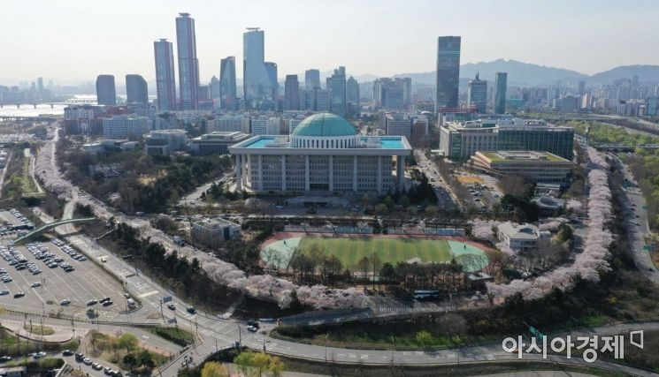 포근한 봄 날씨를 보인 1일 서울 영등포구 국회의사당 인근 여의서로에 벚꽃이 활짝 피어 있다. 영등포구는 1~2일, 5~6일, 7~8일 등 세 차례에 걸쳐 봄꽃축제 홈페이지에서 여의서로 벚꽃길 입장 신청을 받는다. 오전 11시부터 오후 9시까지 한 번에 72명씩 입장해 하루 총 504명이 축제를 제한적으로 즐길 수 있다. /문호남 기자 munonam@