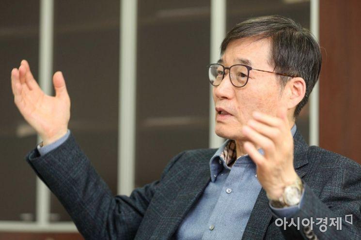 이근 국민경제자문회의 부의장이 1일 서울 종로구 국민경제자문회의 집무실에서 인터뷰 하고 있다./강진형 기자aymsdream@
