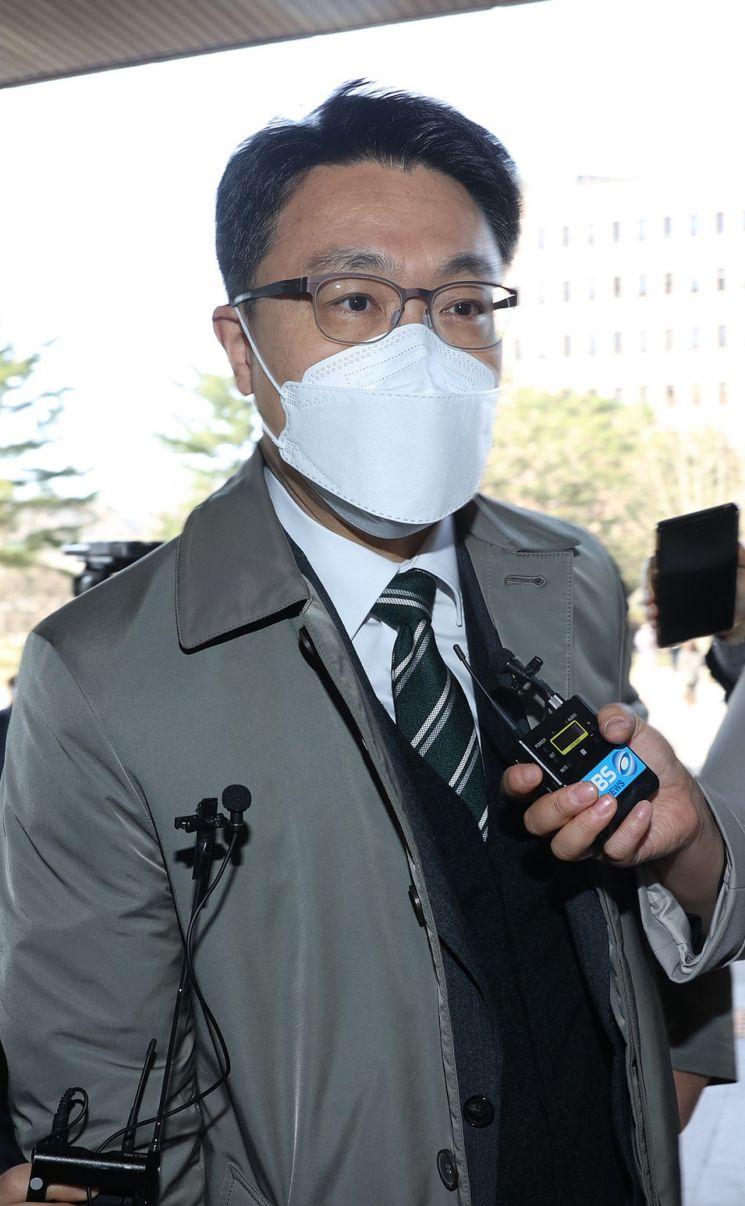 김진욱 고위공직자범죄수사처장이 지난달 31일 오전 정부과천청사로 출근을 하며 취재진의 질문에 답하고 있다 [이미지출처=연합뉴스]