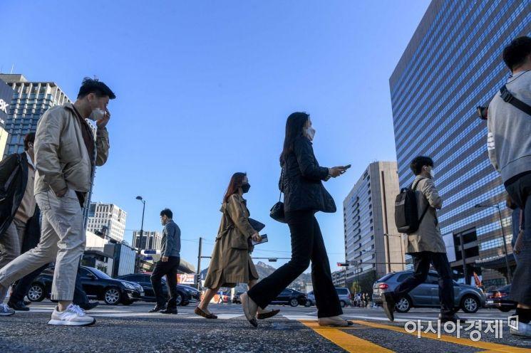 봄비가 그친 5일 서울 종로구 세종대로에서 바라본 도심에 맑은 하늘이 펼쳐져 있다./강진형 기자aymsdream@