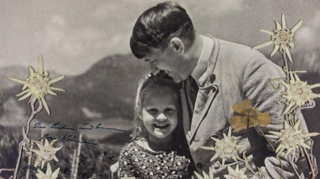 1933년 독일 총선 당시 아돌프 히틀러가 선거 전략의 일환으로 유태인 소녀를 끌어안고 찍은 사진[이미지출처= 알렉산더 히스토리컬 옥션 홈페이지]