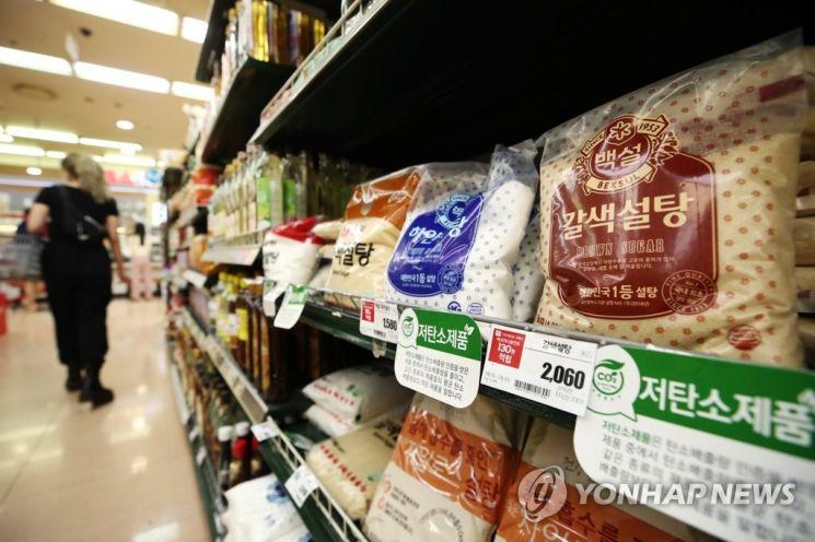 마트 판매대에 나열돼 있는 설탕. 가당 음료에 건강증진부담금을 부과한다는 법안이 발의되며 논란이 일고 있다. [이미지출처=연합뉴스]