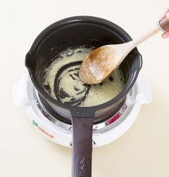 2. 화이트 소스를 만든다. 냄비에 버터와 밀가루를 넣어 2분 정도 볶는다.