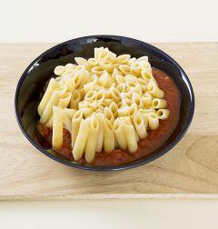 4. 오븐용기 바닥에 토마토 소스를 골고루 펼쳐 담고 삶은 펜네를 세워 넣는다.