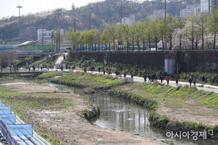 포근한 봄 날씨를 보인 5일 시민들이 서울 은평구 불광천에서 시간을 보내고 있다. /문호남 기자 munonam@