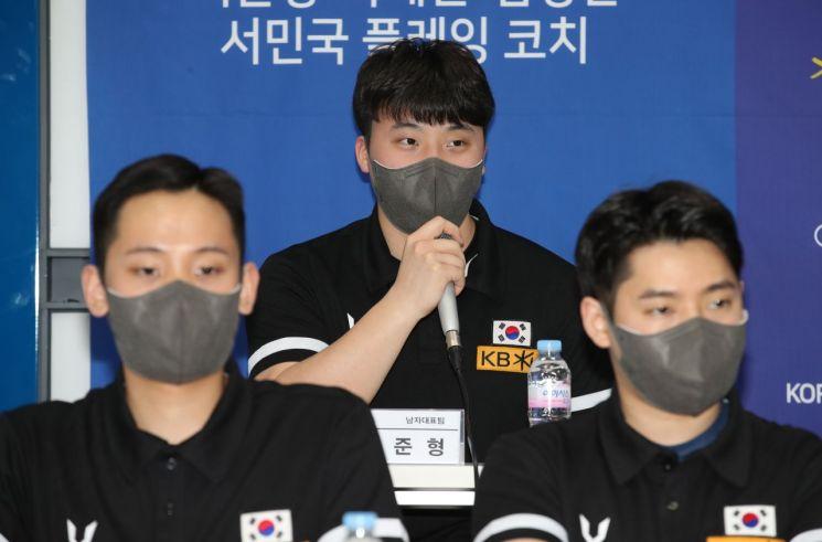 지난달 22일 서울역 T타워에서 열린 '컬링 미디어데이·국제대회 출정식'에서 이준형 선수(가운데)가 발언하는 모습. [이미지출처=연합뉴스]